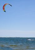 搭乘风筝风帆冲浪者 免版税图库摄影