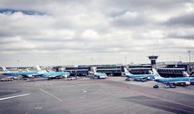 搭乘飞机在斯希普霍尔机场 免版税库存图片
