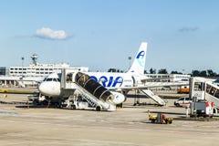 搭乘adria航空公司在法兰克福国际机场 免版税库存照片