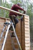搭建DIY存贮棚子的工作者 库存图片