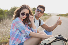 搭车在乡下路的夫妇 免版税图库摄影