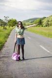 搭车微笑的妇女年轻人 库存照片
