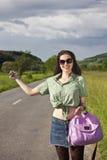 搭车纵向微笑的妇女 免版税图库摄影
