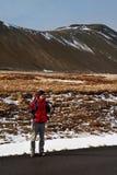 搭车背包徒步旅行者在冰岛 图库摄影