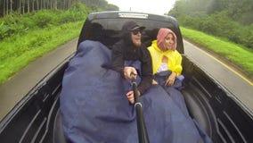 搭车年轻的夫妇环球和去一辆卡车的后面在泰国 GoPro滑稽的selfie HD射击 股票录像