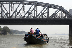 搭载横跨Hooghly河的河船乘客在加尔各答 免版税库存图片