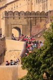搭载游人的装饰的大象在琥珀色的堡垒在斋浦尔,印度 库存图片