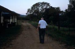 携带在一个农场的一个人一杆枪在南非 免版税库存照片