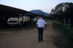 携带在一个农场的一个人一杆枪在南非 免版税库存图片