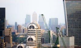 携带无线电话大厦和金丝雀码头银行业务和办公室唱腔在背景 伦敦英国 图库摄影