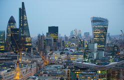 携带无线电话大厦和金丝雀码头银行业务和办公室唱腔在背景 伦敦英国 免版税库存图片