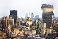携带无线电话大厦和金丝雀码头银行业务和办公室唱腔在背景 伦敦英国 免版税图库摄影