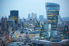 携带无线电话大厦和金丝雀码头银行业务和办公室唱腔在背景 伦敦英国 库存照片