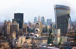 携带无线电话大厦和金丝雀码头银行业务和办公室唱腔在背景 伦敦英国 库存图片