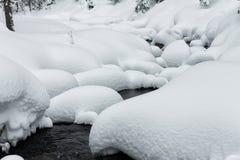 搽粉在山河和森林降雪石头的随风飘飞的雪  图库摄影