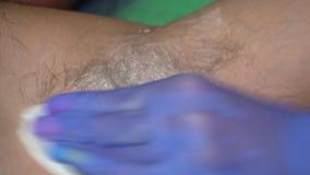 搽粉有滑石的手套的美容师男性腋窝在加糖epilaion做法前 股票视频