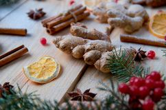 搽粉的姜关闭用圣诞节面包店桔子的,茴香,桂香,在木背景的茴香被弄脏的传统香料 库存图片
