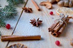 搽粉的茴香星关闭用圣诞节面包店桔子的,桂香,在木桌上的荚莲属的植物被弄脏的传统香料 免版税图库摄影