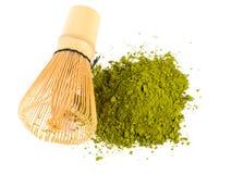 搽粉的绿茶matcha和竹子扫 免版税图库摄影