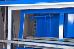 搽粉金属蓝色门涂层和干燥  免版税库存照片