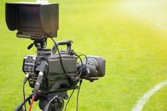 摄像头投入了在广播的橄榄球目标背面在电视体育渠道 库存照片