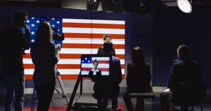摄制一个展示主人的生产队在演播室 股票视频