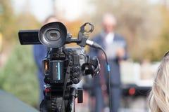 摄制与一台摄象机的传播噱头 新闻报导 免版税库存照片