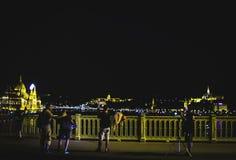 摄制与乘员组的集合在布达佩斯在桥梁的晚上 免版税库存照片