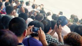 摄制与智能手机的人人群事件 股票录像