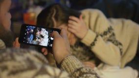 摄制他的妻子和新出生的婴孩的年轻父亲 股票录像