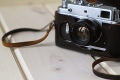 摄制在一张木桌上的减速火箭的照相机,减速火箭的概念 图库摄影