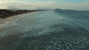 摄制在美妙的海滩的波浪,海滩维拉在Imbituba,圣卡塔琳娜州,巴西 影视素材