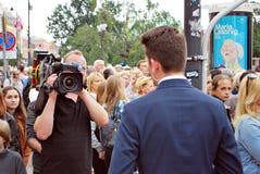 摄制室外事件的摄影师 TVP记者 免版税库存图片