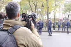 摄制警察的新闻工作者在Bataclan附近在进贡仪式期间 图库摄影