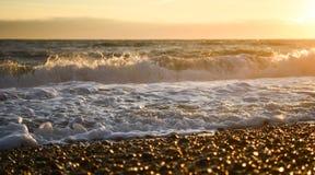 摄影图象布赖顿海滩挥动浪潮和海泡沫在日落被采取的南海岸英国英国 免版税库存照片