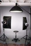 摄影工作室照明设备背景被设置的灰色 图库摄影