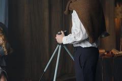 摄影师与模型一起使用在演播室,葡萄酒 免版税库存图片