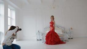 摄影师与模型一起使用在演播室 非终点直道 影视素材