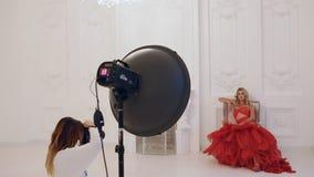 摄影师与模型一起使用在演播室 非终点直道 股票录像