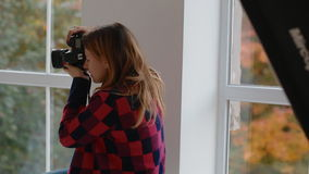 摄影师与模型一起使用在演播室 非终点直道 股票视频
