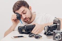 摄影师与真空泵的清洁照相机 手摇鼓风机尘土 库存照片