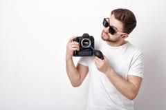 摄影师与真空泵的清洁照相机 手摇鼓风机尘土 免版税库存照片