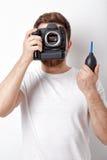 摄影师与真空泵的清洁照相机 手摇鼓风机尘土 库存图片