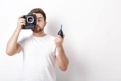 摄影师与真空泵的清洁照相机 手摇鼓风机尘土 免版税库存图片
