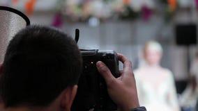 摄影师为模型照相在时装表演 股票视频