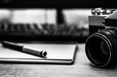 摄影师书桌静物画在家庭办公室内部的 专业照片媒介运转的设备,照相机机身,透镜 库存图片