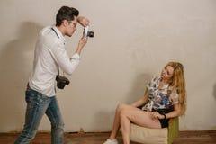 摄影师做照片一个白肤金发的模型 库存图片