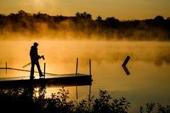 摄影师准备夺取日出薄雾 免版税库存图片