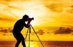 摄影师剪影有三脚架的 图库摄影