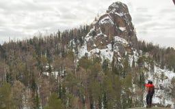 摄影师和巨大的岩石 免版税库存照片